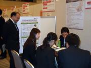 産学連携の現状を研究する日大大学院留学生達と太田技術移転マネージャ